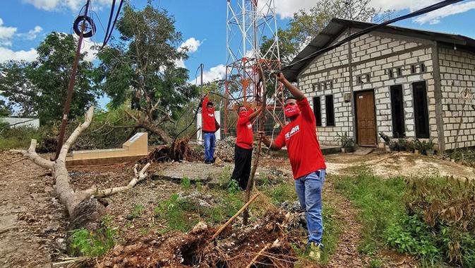 Telkomsel kirim tim TERRA untuk memulihkan layanan telekomunikasi akibat bencana banjir bandang di NTT. (Doc: Telkomsel)