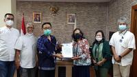 Ketua KASN Prof Dr Agus Pramusinto menerima secara resmi dokumen Laporan GAR ITB No.05/Lap/GAR-ITB/X/2020 dari Koordinator Delegasi GAR ITB ke KASN, Shinta Madesari Hudiarto di Kantor KASN, Minggu (10/1/2021). (Ist)