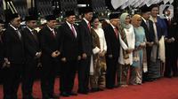 Joko Widodo atau Jokowi didampingi Ma'ruf Amin beserta istri foto bersama Pimpinan MPR usai resmi dilantik sebagai Presiden dan Wakil Presiden RI periode 2019-2024 di Gedung Nusantara, Jakarta, Minggu (20/10/2019). Jokowi dan Ma'ruf resmi menjadi Presiden dan Wapres RI. (merdeka.com/Iqbal Nugroho)