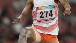 Atlet para atletik Indonesia, Rasyidi melakukan lompatan pada lomba lompat jauh T44, T62/T64 putra Asian Para Games 2018 di Stadion Utama GBK, Jakarta, Jumat (12/10). Rasyidi meraih perunggu dengan lompatan 6.05 meter. (Liputan6.com/Helmi Fithriansyah)