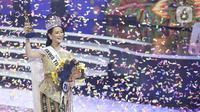 Pemenang Puteri Indonesia 2020 Rr Ayu Maulida Putri (tengah) asal Jawa Timur mengangkat piala dalam acara malam puncak di Jakarta, Jumat (6/3/2020). Ayu Maulida menjadi pemenang setelah menyisihkan tiga pesaingnya. (Fimela.com/Bambang E Ros)
