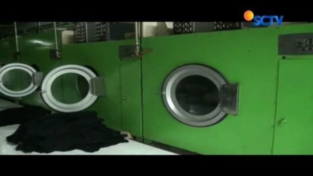 Petugas melakukan olah TKP di PT Milenium Laundry, pasca pencemaran lingkungan yang diduga dilakukan perusahan tersebut.