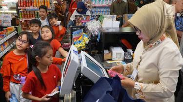 Anak-anak antre di kasir saat berbelanja pada perayaan HUT ke-48 Hero Group di Jakarta, Jumat (23/8/2019). Kegiatan edukasi bagi anak-anak bertujuan meningkatkan inovasi dan standar pelayanan kepada masyarakat Indonesia. (Liputan6.com/HO/Eko)