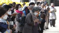 Orang-orang memakai masker untuk mencega virus corona berdoa selama kebaktian di kuil Chogyesa di Seoul, Korea Selatan, Senin (19/10/2020). Korsel pada Senin mulai menguji puluhan ribu karyawan rumah sakit dan panti jompo untuk mencegah wabah COVID-19. (AP Photo/Ahn Young-joon)