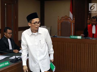 Kakanwil Kemenag Gresik yang juga tersangka pemberian suap kepada anggota DPR Romahurmuziy, Muafaq Wirahadi saat menjalani sidang pembacaan dakwaan di Pengadilan Tipikor, Jakarta, Rabu (29/5/2019). Muafaq didakwa memberi suap mantan Ketua Umum PPP Romahurmuziy. (Liputan6.com/Helmi Fithriansyah)