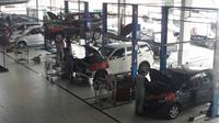 Aktifitas bengkel resmi Daihatsu saat jelang mudik lebaran. (herdi Muhardi)