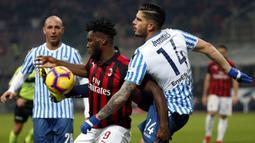 Gelandang AC Milan, Franck Kessie, berusaha melewati bek SPAL, Kevin Bonifazi, pada laga Serie A di Stadion San Siro, Milan, Sabtu (29/12). Milan menang 2-1 atas SPAL. (AP/Antonio Calanni)