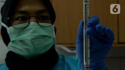 Tim medis IAR melakukan pemeriksaan pada Meli, bayi kukang Jawa  (Nycticebus javanicus) di Pusat Rehabilitasi International Animal Rescue (IAR) Indonesia, Bogor, 23 Januari 2020. Pemeriksaan pada Meli yang meliputi, morfometrik atau pengukuran panjang tubuh. (merdeka.com/Imam Buhori)