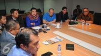 Sejumlah anggota Komite Eksekutif (Exco) PSSI mengadakan rapat di kantor PSSI di Jakarta, Senin (3/8/2015). Rapat membahas perkembangan terkini tentang sepak bola Indonesia dan penetapan pelaksanaan kompetisi. (Liputan6.com/Helmi Fithriansyah)