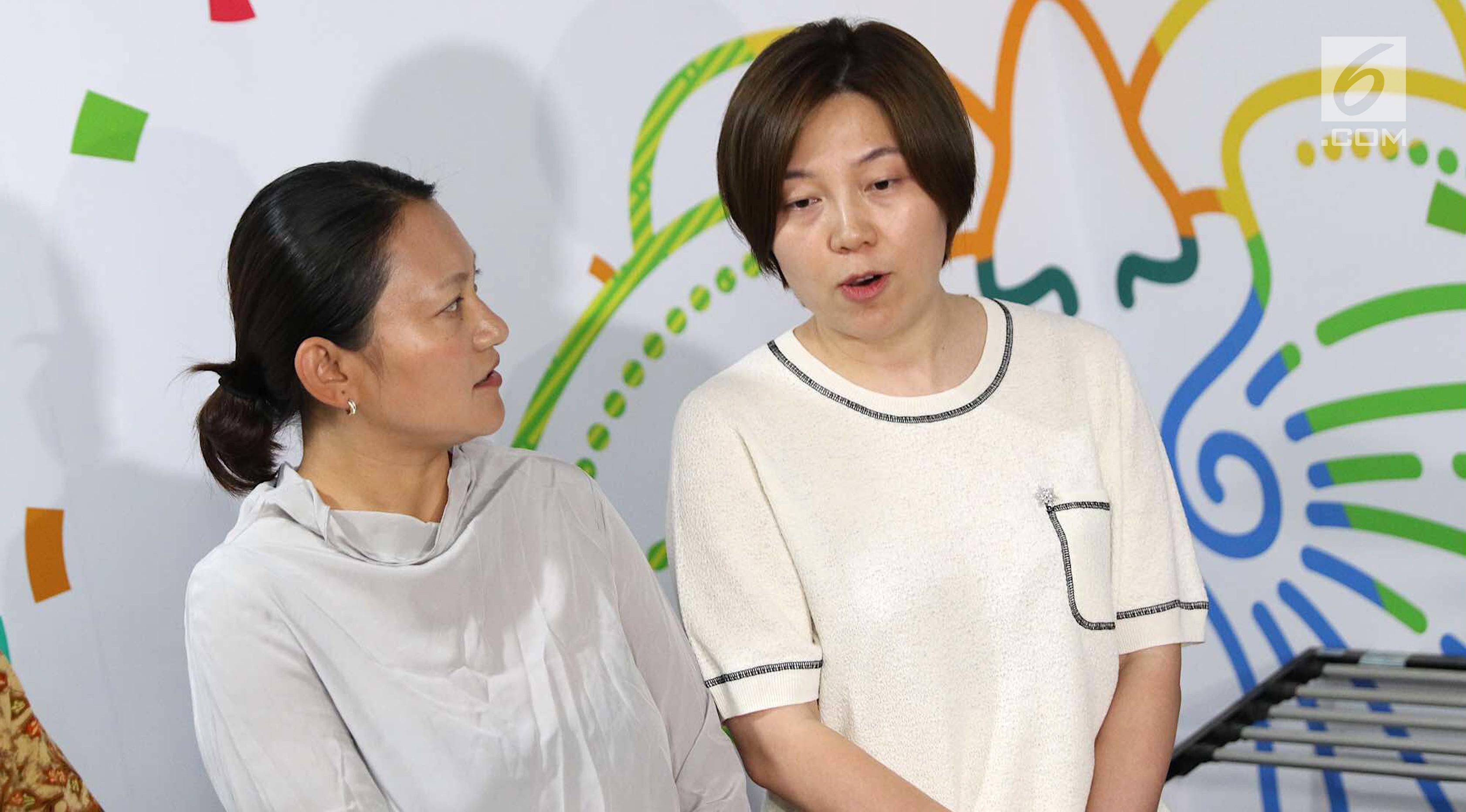 SVP Bytedance Zhen Liu (kiri) bersama SVP dan CEO Tik Tok Kelly Zhang saat mendatangi Kantor Kemenkominfo di Jakarta, Rabu (4/7). Tik Tok berkomitmen merubah batas usia penggunanya. (Liputan6.com/Immanuel Antonius)