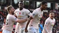 Para pemain Manchester United merayakan gol yang dicetak Marcus Rashford ke gawang Bournemouth pada laga Premier League di Stadion Vitality, Bournemouth, Sabtu (3/11). Bournemouth kalah 1-2 dari MU. (AFP/Ben Stansall)