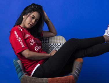 Suroya merupakan seorang wanita dengan paras cantik yang menjadi suporter dari Persija Jakarta atau bisa disebut dengan Jak Angel. (Bola.com/Yoppy Renato)