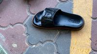 Sandal merek Fendi seharga Rp5 juta (Dok.Twitter/@Czero_)