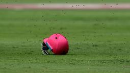 Pada pertandingan kriket pada 4 Februari 2017, antara tim Afrika Selatan melawan Sri Lanka dalam laga bertajuk 'pink day' itu, sekumpulan lebah hadir di lapangan Stadion Wanderers, Johannesburg yang membuat pemain sedikit takut. (AP Photo/Themba Hadebe)