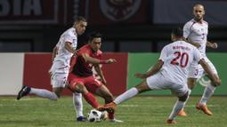 Pemain Indonesia, Septian David, berusaha melewati pemain Palestina pada laga Asian Games di Stadion Patriot, Bekasi, Jawa Barat, Rabu (15/8/2018). (Bola.com/Vitalis Yogi Trisna)