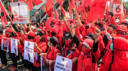 Kader PDIP Jakarta Timur berunjuk rasa di depan Polres Jaktim, Kamis (25/6/2020). Ratusan massa simpatisan dan kader PDIP melakukan long march ke Mapolrestro Jakarta Timur untuk menuntut pembakaran bendera partainya pada aksi di depan DPR, Rabu 24 Juni 2020. (Liputan6.com/Johan Tallo)