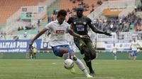 Striker PSIS Semarang, Hari Nur Yulianto berduel dengan bek Tira Persikabo, Zoubairou Garba. (Bola.com/Yoppy Renato Manalu)