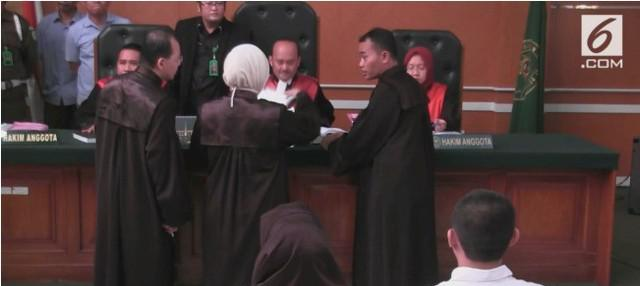 Direktur Utama First Travel Andika Surachman divonis 20 tahun penjara atas kasus penipuan biro jasa umrah. Sementara, istrinya Anniesa Hasibuan divonis 18 tahun penjara. Keduanya juga dikenakan denda Rp 10 miliar.