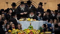 Yahudi ultraortodoks dari dinasti Nadvorna Hasid merayakan pesta Tu Bishvat di Kota Bnei Brak, Israel, Senin (21/1). Tu Bishvat adalah hari libur Yahudi pada bulan Syebat (Shvat). (AP Photo/Oded Balilty)