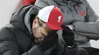 Manajer Liverpool, Jurgen Klopp, tertunduk lesu setelah timnya kalah 0-1 dari Burnley pada laga tunda pekan ke-18 Premier League di Stadion Anfield, Jumat (22/1/2021) dini hari WIB. (Jon Super / POOL / AFP)