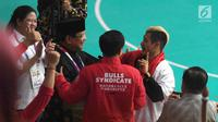 Atlet pencak silat peraih emas Asian Games 2018 Hanifan Yudani berbincang dengan Presiden Joko Widodo atau Jokowi dan Ketua Umum Pengurus Besar Ikatan Pencak Silat Indonesia (IPSI) Prabowo Subianto di Jakarta, Rabu (29/8). (Merdeka.com/Imam Buhori)