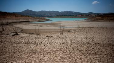Tanah kering yang terlihat di sekitar waduk Vinuela saat gelombang panas melanda wilayah La Vinuela di Spanyol selatan, Rabu (9/8). Eropa tengah dilanda gelombang panas Lucifer yang suhunya mencapai di atas 40 derajat Celsius. (JORGE GUERRERO / AFP)