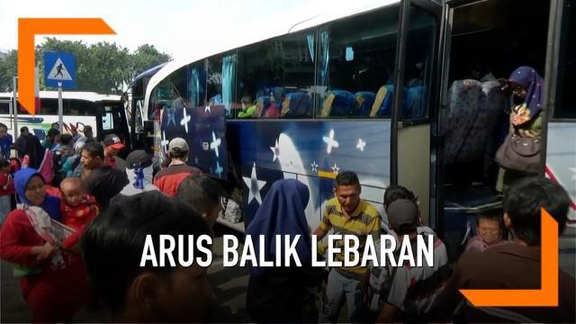 Unruk menghindari kemacetan banyak pemudik yang kembali ke Jakarta lebih awal. Mereka memnuhi terminal kampung rambutan Jakarta Timur.