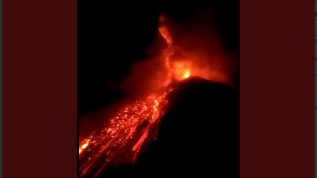 Guguran lava pijar menuruni lereng Gunung