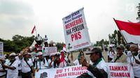 Massa yang tergabung dalam Forum Perjuangan Pensiun Perjan Pegadaian (FP3PP) menggelar aksi di depan Istana Negara, Jakarta, (25/10). Mereka menuntut pemerintah membayarkan pensiunan PNS Mantan PNS Perjan Pegadaian Depkeu. (Liputan6.com/Faizal Fanani)