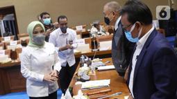 Dirut PT Pertamina (Persero) Nicke Widyawati (kiri) berbincang dengan Ketua Komisi VII DPR Alex Noerdin dan Wakil Ketua Komisi VII DPR Sugeng Suparwoto sebelum mengikuti rapat dengar pendapat dengan Komisi VII DPR di kompleks Parlemen, Senayan, Jakarta, Senin (5/4/2021). (Liputan6.com/Angga Yuniar)