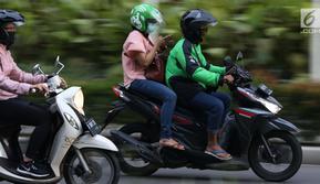 Pengemudi ojek online melintasi Jalan Pintu I Senayan, Jakarta, Selasa (19/3). Kemenhub mengeluarkan Permen No.12 tahun 2019 tentang perlindungan keselamatan pengguna motor yang digunakan untuk kepentingan masyarakat. (Liputan6.com/Helmi Fithriansyah)