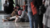 Penumpang menunggu kembali beroperasinya KRL Commuter Line di Stasiun Klender, Jakarta, Minggu (4/8/2019). Listrik padam yang melanda Jakarta dan  sekitarnya mengakibatkan penumpang KRL Commuter Line telantar lantaran kereta berhenti beroperasi. (merdeka.com/Iqbal Nugroho)