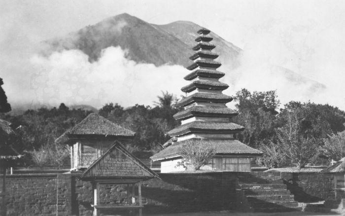 Penampakan Pura Besakih berlatar belakang Gunung Agung yang tengah erupsi tahun 1963 (Wikipedia Commons)