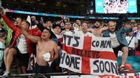 Fans Inggris merayakan kemenangan timnya atas Denmark pada akhir semifinal Euro 2020 di Wembley Stadium, London, Kamis dinihari WIB (8/7/2021). Inggris melaju ke babak final Euro 2020 melawan Italia setelah mengalahkan Denmark dengan skor 2-1. (Paul ELLIS/POOL/AFP)