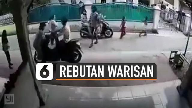 Terekam kamera cctv seorang pria menabrak wanita di pinggir jalan. Menurut kabar kejadian itu terjadi karena permasalahan perebutan warisan.