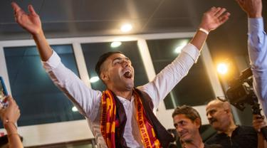 Striker Kolombia Radamel Falcao menyapa para suporter Galatasaray saat tiba di Bandara Ataturk di Istanbul (1/9/2019). Pemain 33 tahun ini dibeli Galatasaray dari klub Prancis, AS Monaco. (AFP Photo/Yasin Akgul)