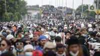 Massa aksi membubarkan diri usai terlibat bentrok dengan polisi di flyover Penggilingan, Jakarta, Kamis (24/6/2021). Sebelumnya, aparat kepolisian dengan para simpatisan Rizieq Shihab terlibat bentrokan jelang sidang vonis perkara tes swab yang digelar di di PN Jakarta Timur. (Liputan6.com/Faizal F