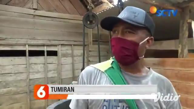 Warga di 44 desa di Kabupaten Ngawi, Jawa Timur krisis air bersih, akibatnya belasan warga di Desa Gunungsari, Kabupaten Ngawi berhamburan menyerbu bak penampungan yang diisi air oleh BPBD kabupaten setempat.