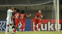 Striker PSM Makassar, Anco Jansen (kanan) merayakan gol ke gawang Persebaya Surabaya pada pekan ketiga BRI Liga 1 2021/2022 di Stadion Si Jalak Harupat, Kab. Bandung, Sabtu (18/9/2021). (Bola.com/Ikhwan Yanuar)
