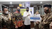 Direktur Bank Mantap Iwan Soeroto, Direktur Taspen Mohammad Jufri dan Menpan RB Tjahjo Kumolo secara simbolis layanan klim otomatis manfaat tabungan hari tua dan pensiun kepada Ateng Rohana (kanan) yang bersamaan dengan acara peresmian Mal Pelayanan Publik (MPP) Kabupaten Purwakarta.