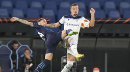 Bek Olympique Marseille, Pol Lirola berebut bola dengan gelandang Lazio Sergej Milinkovic-Savic pada matchday kedua Grup E Liga Europa 2021 di Stadion Olimpico Roma, Kamis (21/10/2021) malam WIB. Lazio hanya mampu bermain imbang 0-0 kala menjamu Marseille. (AP Photo/Gregorio Borgia)