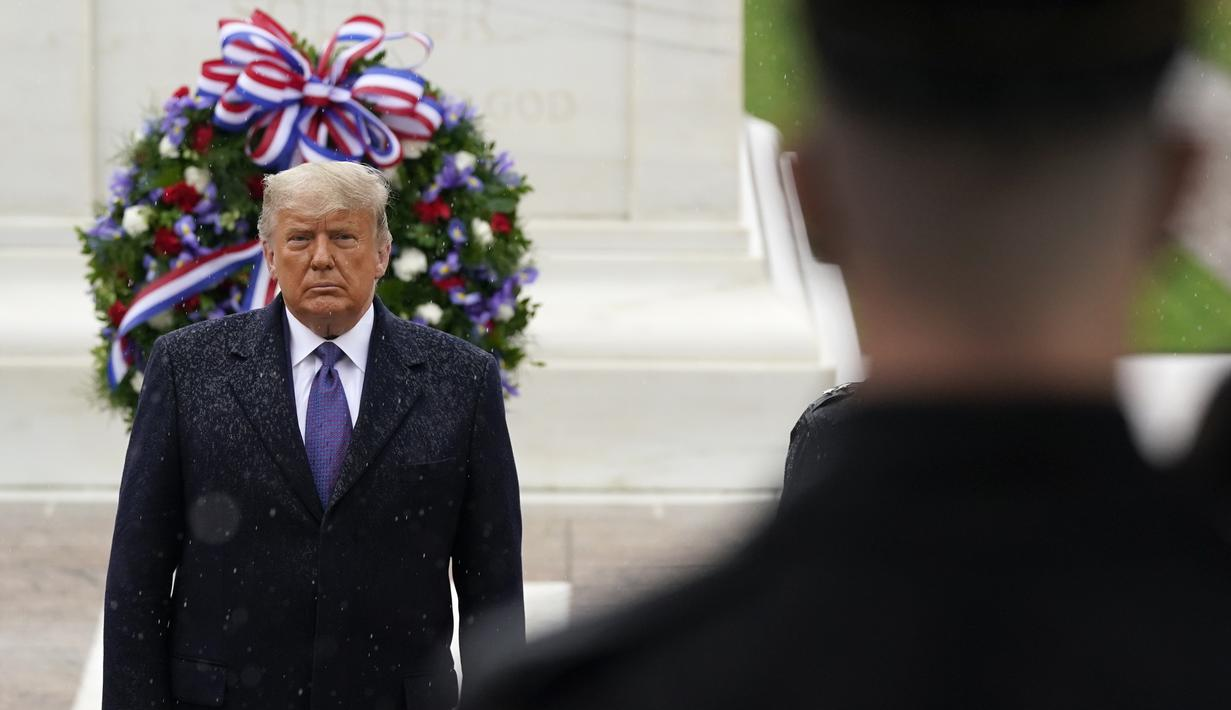 Presiden Donald Trump berpartisipasi dalam upacara peletakan karangan bunga peringatan Hari Veteran di Pemakaman Nasional Arlington di Arlington, Virginia, Rabu (11/11/2020). Ini adalah penampilan resmi di publik pertama untuk Trump sejak Pilpres AS beberapa hari lalu. (AP Photo/Patrick Semansky)