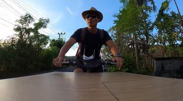 Ketut Mayong Menuju Lokasi Jualan
