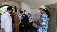 Seorang pemandu wisata sedang menjelaskan kepada Ketua DPD RI dan rombongan tentang situs cagar budaya Fort Marlborough di Bengkulu. (Foto:Dok.DPD RI)