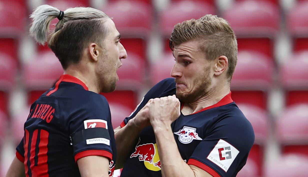 Pemain RB Leipzig, Timo Werner dan Kevin Kampl, melakukan selebrasi usai membobol gawang Mainz 05 di Mainz, Minggu (24/5/2020). RB Leipzig menang dengan skor 5-0 atas Mainz 05. (AP/Kai Pfaffenbach)