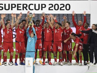 Pemain Bayern Munchen merayakan juara Piala Super Jerman 2020 usai mengalahkan Borussia Dortmund di Allianz Arena, Kamis (1/10/2020) dini hari WIB. Bayern Munchen menang 3-2 atas Borussia Dortmund. (Sven Hoppe/Pool via AP)