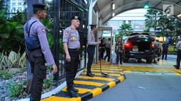 Petugas keamanan berjaga di lokasi debat keempat Pilpres 2019 di Hotel Shangri-La, Jakarta, Sabtu (30/3). Debat kali ini mengangkat tema tentang ideologi, pemerintahan, pertahanan dan keamanan, serta hubungan internasional. (Liputan6.com/Angga Yuniar)