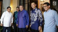 Bakal capres Prabowo Subianto (kiri) bersama bakal cawapres Sandiaga Uno (kanan) disambut Ketum Partai Demokrat Susilo Bambang Yudhoyono (SBY) dan Agus Harimurti Yudhoyono di kediamannya di Jakarta, Rabu (12/9). (Merdeka.com/Imam Buhori)