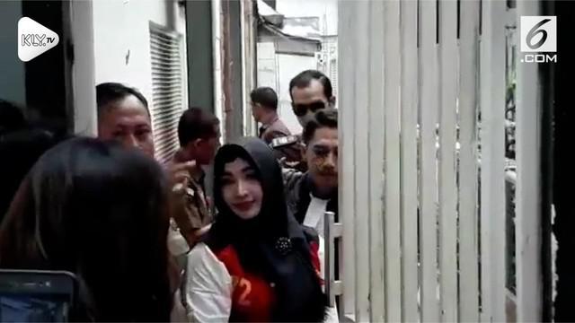 Roro Fitria nampak mengenakan hijab jelang pembacaan putusan sidang kasus narkoba yang ia hadapi.