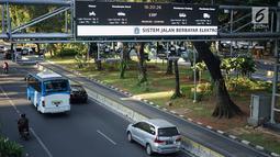 Kendaraan melintas di bawah mesin electronic road pricing (ERP) di Jalan Medan Merdeka Barat, Jakarta, Rabu (11/9/2019). Pemprov DKI menghapus anggaran APBD 2019 sebesar Rp40,9 miliar untuk jalan berbayar atau ERP setelah mendapatkan opini hukum dari Kejaksaan Agung. (Liputan6.com/Immanuel Antonius)